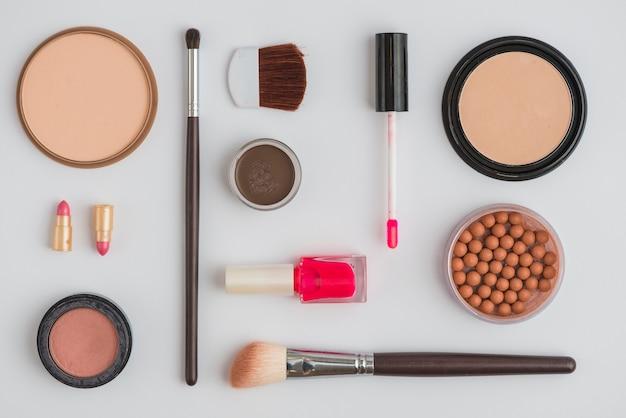 Set di prodotti cosmetici su sfondo bianco