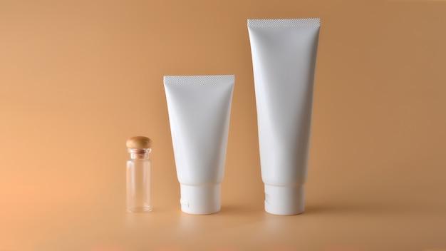 Set di prodotti cosmetici su uno sfondo di colore.