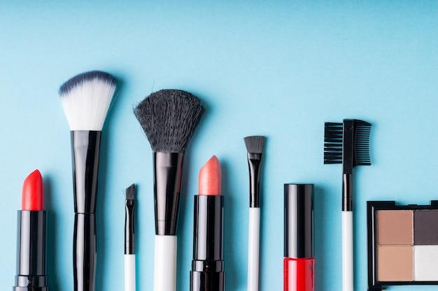 Set di prodotti cosmetici trucco con borsa in vista dall'alto