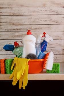 Set di pulizia con prodotti e forniture sul tavolo della cucina