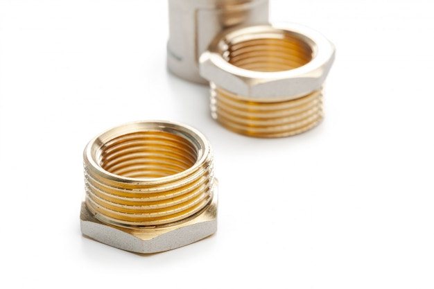 Set di raccordi idraulici plastici in metallo, adattatori, tappi isolati su bianco