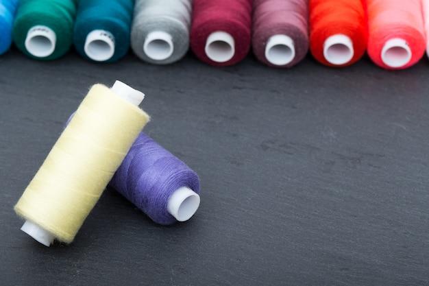 Set di rocchetti colorati di filo