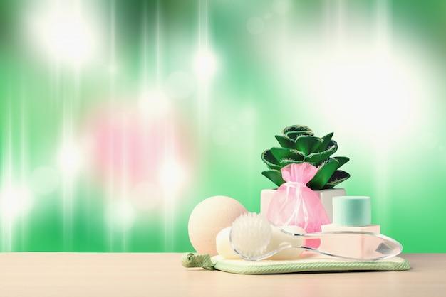 Set di sapone, palla di schiuma, spazzola per massaggio facciale, salvietta e profumo per trattamenti spa. concetto di spa aromaterapia.