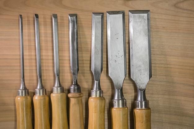 Set di scalpelli sul banco di lavoro