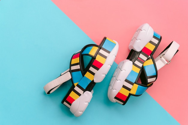 Set di scarpe femminili alla moda. sandali da donna multicolori alla moda estivi su zeppa alta