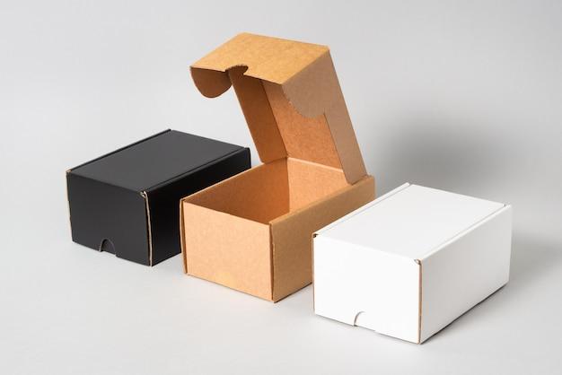 Set di scatole di cartone nere, marroni e bianche, isolate