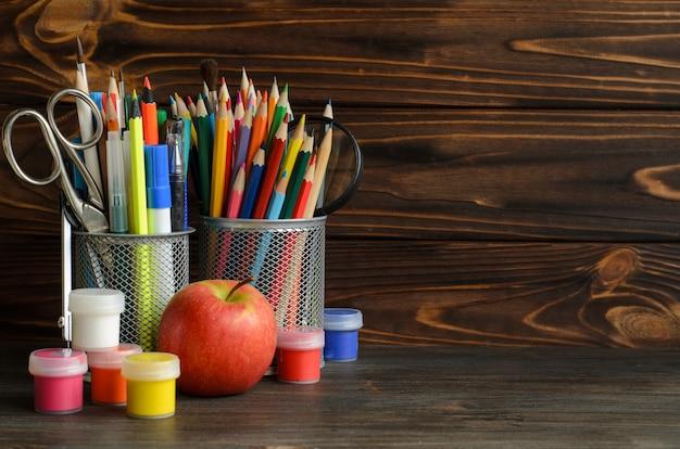 Set di scuola ferma per la scrittura creativa e il disegno, copia spazio, torna al concetto di scuola