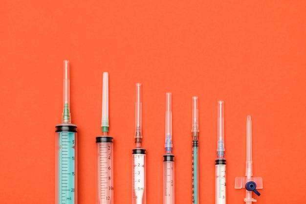 Set di siringa su sfondo colorato