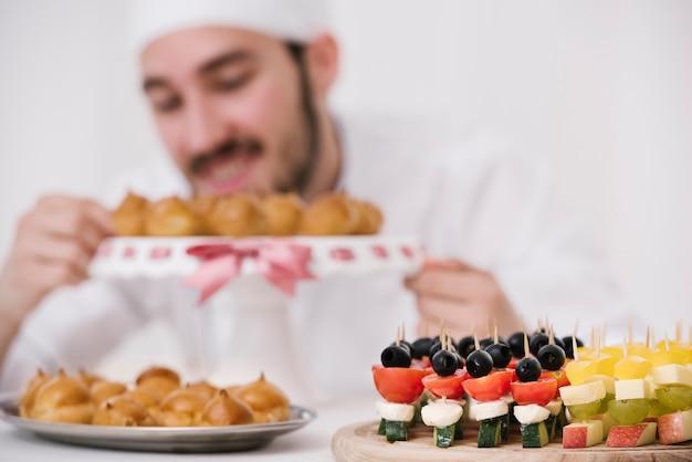 Set di snack su una tavola di legno