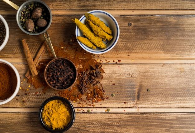 Set di spezie aromatiche sul tavolo