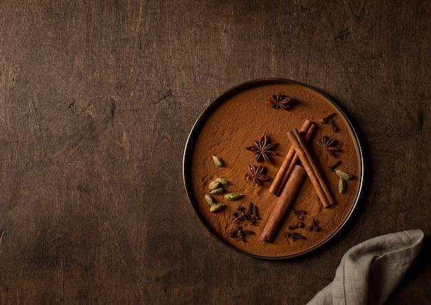 Set di spezie, cannella, cardamomo, anice stellato, superficie in legno di chiodi di garofano