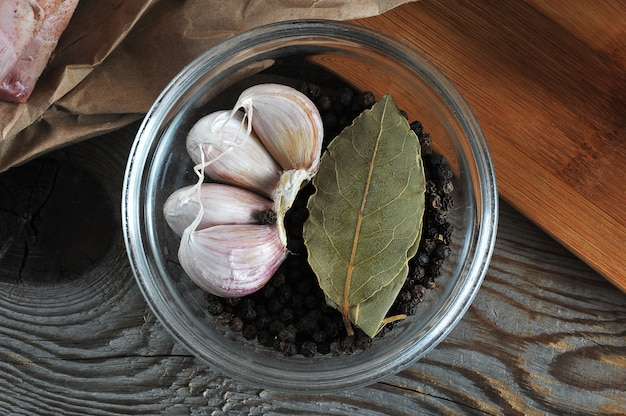 Set di spezie in ciotola di vetro aglio, pepe, alloro