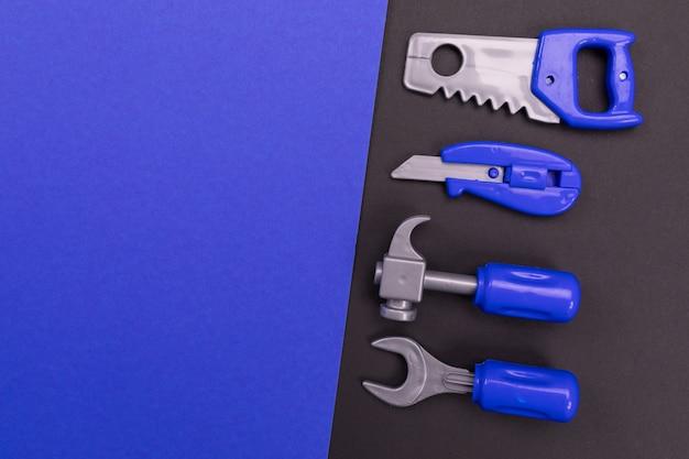 Set di strumenti del falegname su sfondo colorato