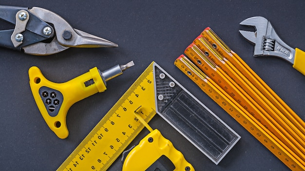 Set di strumenti di costruzione sulla superficie nera