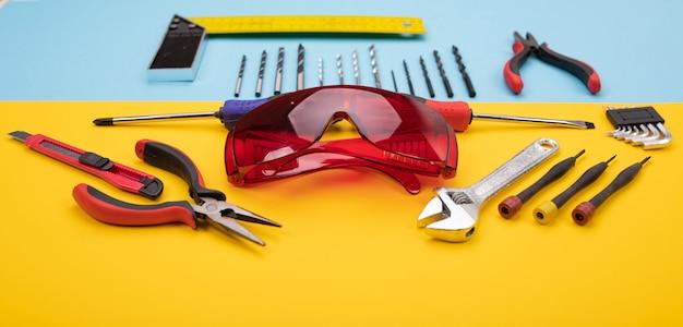 Set di strumenti di lavorazione dei metalli su sfondo colorato