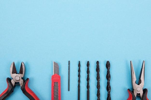 Set di strumenti diversi su sfondo blu