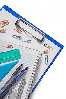 Set di strumenti educativi sulla superficie bianca
