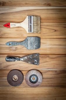 Set di strumenti manuali, impostato sul pavimento di legno.