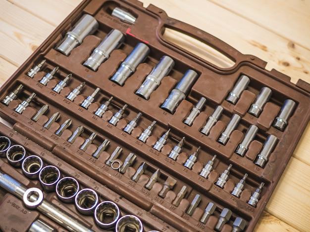 Set di strumenti nella casella su un tavolo di superficie in legno