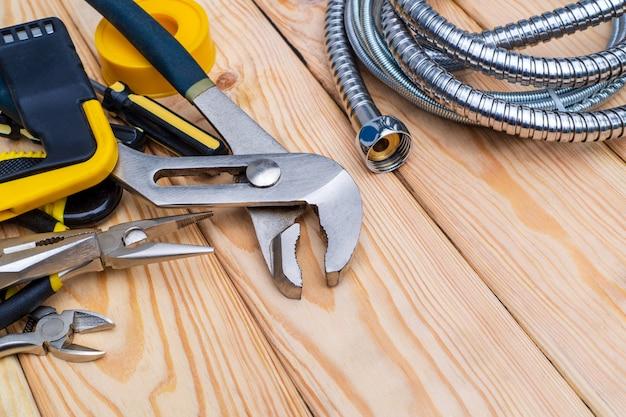 Set di strumenti per idraulici su assi di legno