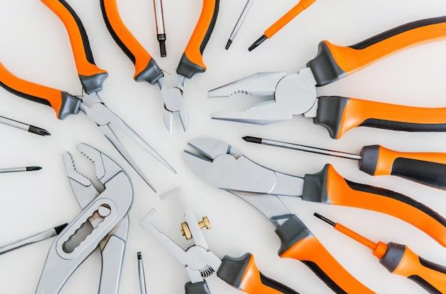 Set di strumenti su bianco