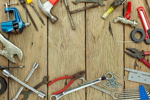 Set di strumenti sul concetto di fondo in legno priorità bassa di giorno e di lavoro di giorno della madre copi lo spazio per il vostro testo