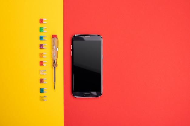 Set di strumento elettrico con smartphone nero su sfondo colorato
