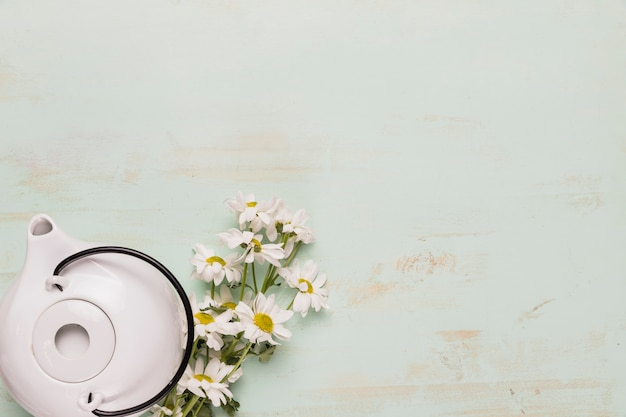 Set di teiera e bouquet di camomilla