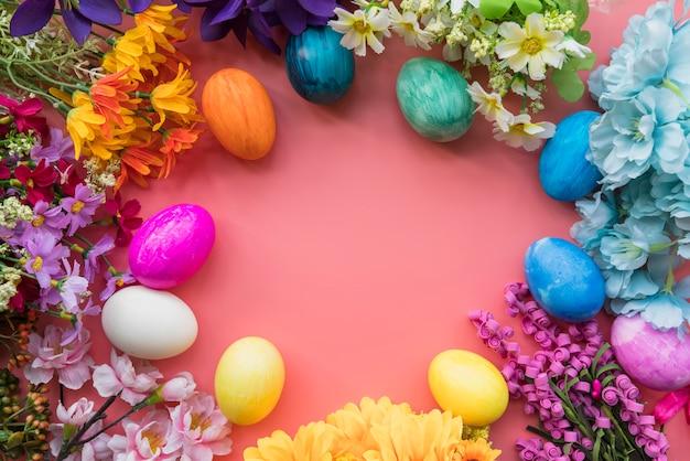 Set di uova di pasqua e diversi fiori freschi