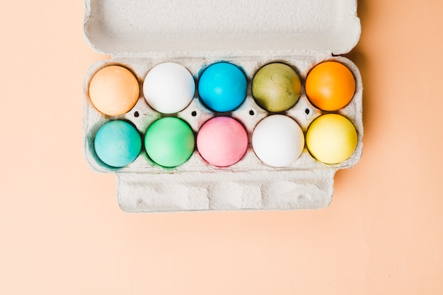 Set di uova di pasqua luminose in un contenitore