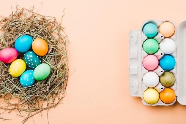 Set di uova di pasqua luminose nel nido e contenitore