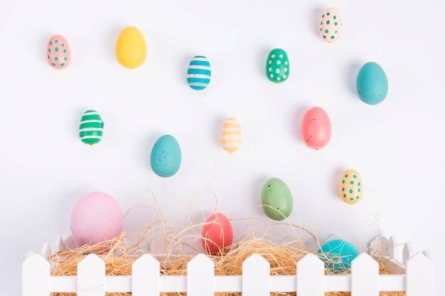 Set di uova di pasqua vicino a fieno in scatola