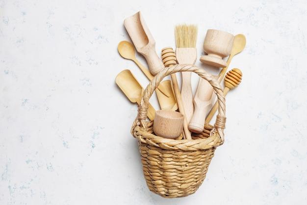 Set di utensili da cucina in legno sulla superficie del calcestruzzo
