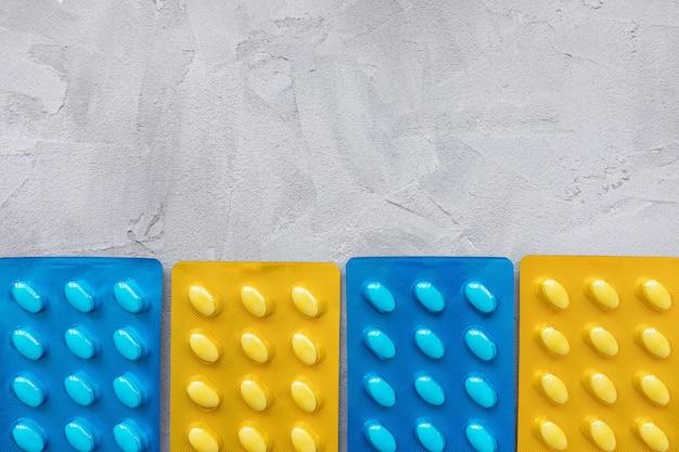 Set di varie compresse in blister. concetto di assistenza sanitaria e medica. primo piano, sfondo grigio, copia spazio