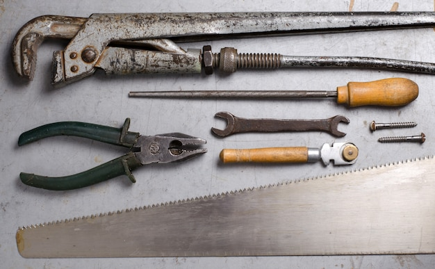 Set di vecchi strumenti a mano su sfondo grigio