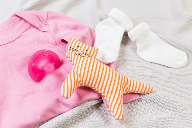 Set di vestiti alla moda e roba per bambini per bambina piccola