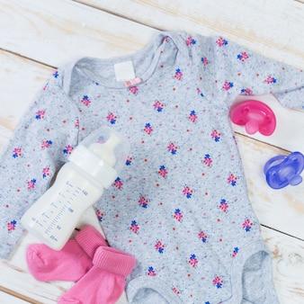 Set di vestiti alla moda e roba per bambini per bambina