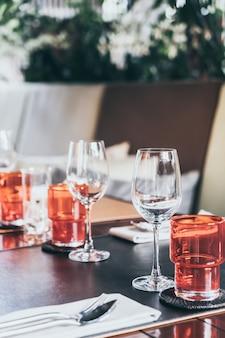 Set di vetro sul tavolo da pranzo