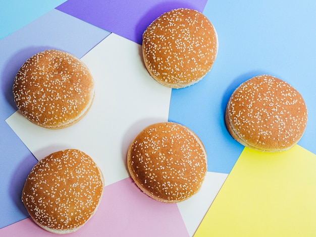 Set di vista superiore di gustosi panini su sfondo colorato