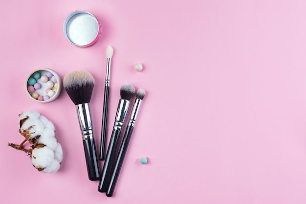 Set di vista superiore piatta di vari pennelli cosmetici femminili professionali