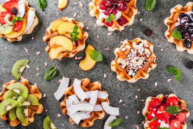 Set di wafer freschi belgi con diversi condimenti