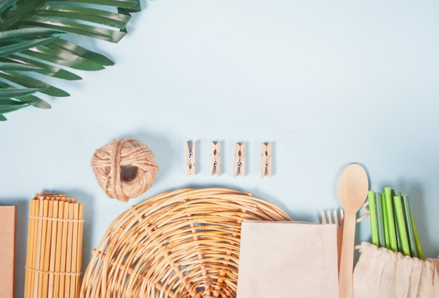 Set ecologico. posate di bambù, cannucce di carta, spille di stoffa, sacchetto di carta, panno di cotone. concetto libero di plastica. zero sprechi.