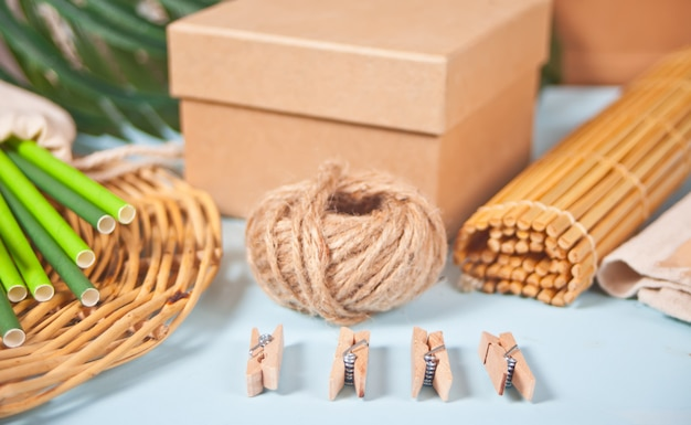 Set ecologico. posate di bambù, cannucce di carta, spille di stoffa, scatola di carta, panno di cotone. concetto libero di plastica. zero sprechi.