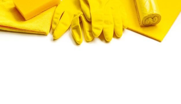 Set giallo per pulizie di primavera brillanti in casa.