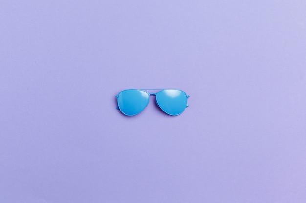 Set moda piatta: occhiali da sole su blu