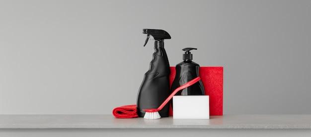 Set rosso e nero di strumenti e strumenti per la pulizia della cucina