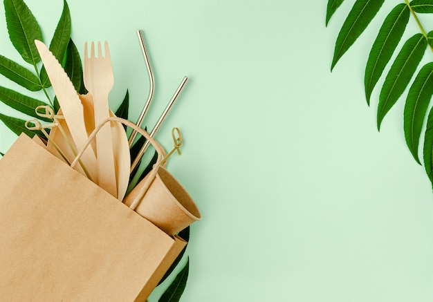 Set senza plastica con bambù, posate di carta e cannucce di metallo