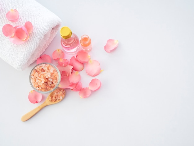 Set spa naturale di sale rosa e rosa dell'himalaya