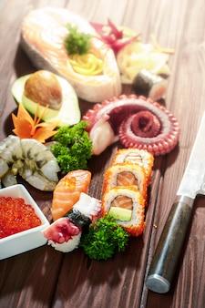 Set sushi. diversi sashimi, sushi e involtini con polpo