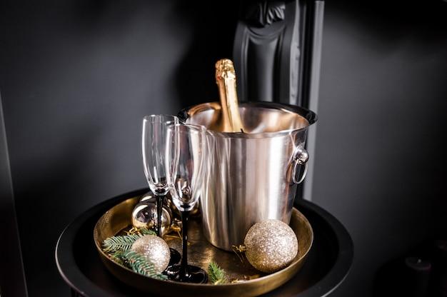 Set vacanze. champagne in un secchio di raffreddamento con gli occhiali
